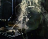 Cranio bianco negli attributi mistici Fotografie Stock