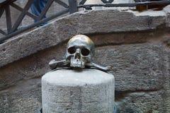 Cranio bronzeo fuori di una chiesa storica immagine stock