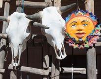 Cranio candeggiato del bestiame e Sun ceramico dipinto, Santa Fe, New Mexico Fotografie Stock Libere da Diritti