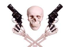 Cranio con due mani di scheletro che tengono le pistole Fotografia Stock