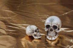 Cranio con il fondo dell'oro Fotografie Stock Libere da Diritti