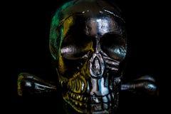 Cranio del metallo su fondo nero fotografia stock libera da diritti