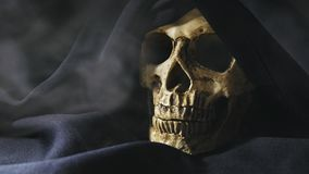 Cranio del metraggio del primo piano del reaper con fumo 4K UHD nell'impedimento archivi video