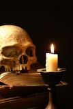 Cranio e candela Fotografia Stock