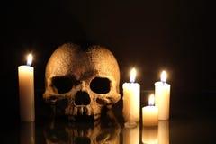 Cranio e candele Fotografie Stock