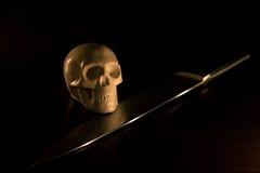 Cranio e coltello Fotografia Stock Libera da Diritti