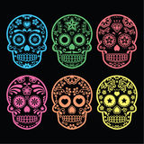 Cranio messicano dello zucchero, icone di Dia de los Muertos sul nero Fotografia Stock
