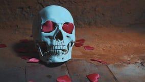 Cranio umano con cuore rosso Caduta dei cuori sul movimento lento del cranio Concetto per il giorno del ` s del biglietto di S. V stock footage