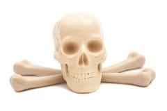 Cranio umano con le ossa attraversate Immagine Stock