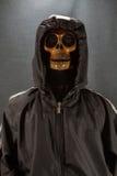 Cranio umano su una priorità bassa nera giorno di Halloween o festival di fantasma, fantasma sul vestito Fotografia Stock