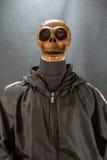 Cranio umano su una priorità bassa nera giorno di Halloween o festival di fantasma, fantasma sul vestito Fotografie Stock