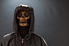 Cranio umano su una priorità bassa nera giorno di Halloween o festival di fantasma, fantasma sul vestito Fotografie Stock Libere da Diritti