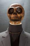 Cranio umano su una priorità bassa nera giorno di Halloween o festival di fantasma, fantasma sul vestito Immagine Stock Libera da Diritti