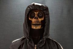 Cranio umano su una priorità bassa nera giorno di Halloween o festival di fantasma, fantasma sul vestito Immagini Stock Libere da Diritti