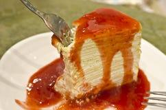 Crape tort nakrywający z truskawkowym dżemem. Obrazy Stock