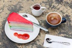 Crape tortowa tęcza i gorąca kawy espresso kawa Fotografia Royalty Free