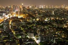 Crapers dei citys di Bangkok con alta costruzione alla notte Immagine Stock