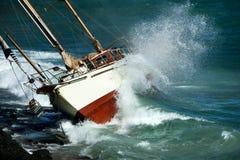 Crash de yacht sur les roches Photo stock