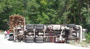 Crashed che capovolge camion sulla strada Immagini Stock Libere da Diritti