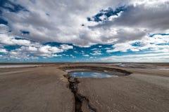 Cratère énorme de volcan de boue, phénomène naturel photographie stock libre de droits
