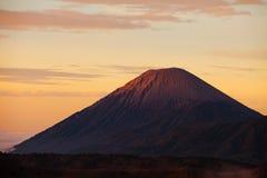 Cratère de bâti Sumeru en parc national de Bromo Tengger Semeru, dedans image libre de droits