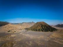 Cratère de volcan actif de Bromo de montagne dans Jawa est, Indonésie Vue supérieure de mouche de bourdon images stock