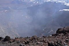 Cratère de volcan de Lascar avec des fumerolles photographie stock