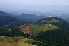 Cratères du réseau volcanique d'auvergne image libre de droits