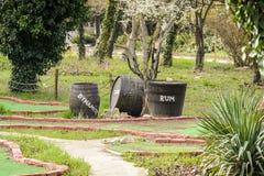 Crate & Barrel avec le rhum et la dynamite sur un mini golf Photos libres de droits