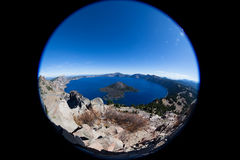 Crater湖俄勒冈如从上面看见与鱼眼睛透镜 免版税库存图片