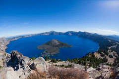 Crater湖在一个晴天 库存照片