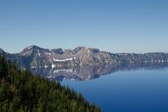 Crater湖的一个无云的干净的水平的看法在俄勒冈,美国 免版税库存图片
