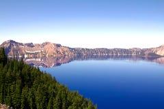Crater湖的一个美好和干净的水平的看法在俄勒冈,美国 免版税库存图片