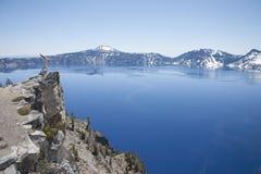 Crater See - Cliffside Lizenzfreie Stockbilder