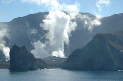 A cratera de fumo de um vulcão visto do mar Fotografia de Stock Royalty Free