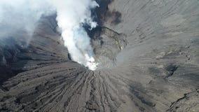 Cratera do vulcão de Bromo, East Java, Indonésia, vista aérea filme