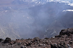 Cratera do vulcão de Lascar com fumarolas fotografia de stock
