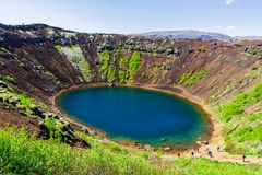 Cratera-lago vulcânico azul Kerid em Islândia 11 06,2017 Fotografia de Stock Royalty Free