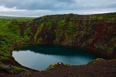 Cratera vulcânica de Kerid em Islândia, Europa fotografia de stock