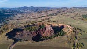 Cratera vulcânica na vila de Racos Condado de Brasov, Romênia Foto de Stock