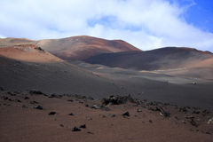 Cratera vulcânica nas montanhas do fogo, parque nacional Lanzarote de Timanfaya fotos de stock