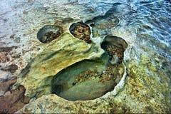 Crateras na praia rochosa do mar fotos de stock royalty free