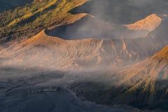 Cratere ad alba, East Java, Indonesia del vulcano attivo di Bromo fotografia stock