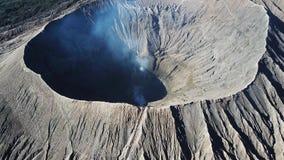 Cratere del vulcano attivo di Bromo della montagna in Jawa orientale, Indonesia Vista superiore dalla mosca del fuco metraggio 4k video d archivio
