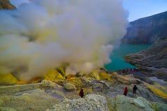 Cratere del vulcano di Kawah Ijen l'attrazione turistica famosa nel Banyuwangi, isola di East Java, Indonesia fotografia stock
