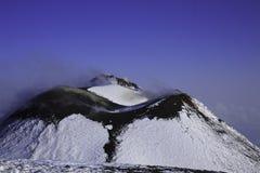 Cratere di Etna Volcan-Summit nel paesaggio nevoso fotografia stock libera da diritti