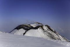 Cratere di Etna Volcan-Summit nel paesaggio nevoso immagine stock libera da diritti