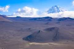 Cratere di un vulcano Picco del vulcano di Tolbachik al giorno kamchatka La Russia fotografia stock libera da diritti