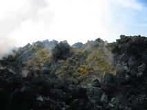 Cratere e zolfo del vulcano di Avacha, Kamchatka Immagine Stock