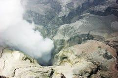 Cratere e zolfo del vulcano di Bromo Fotografia Stock